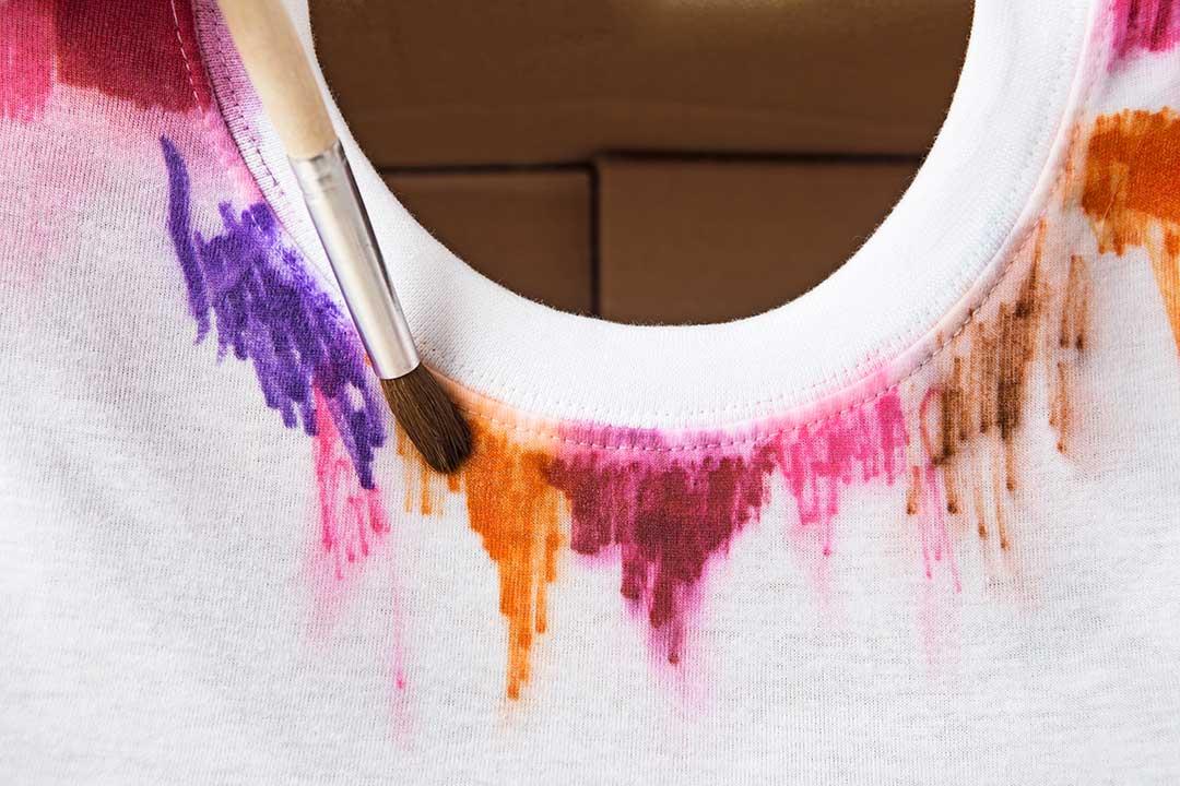Ozdób koszulkę motywem przypominającym akwarele zapomocą flamastrów