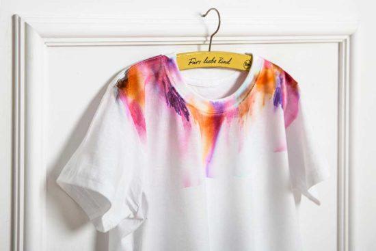 Ozdób koszulkę motywem przypominającym akwarele za pomocą flamastrów