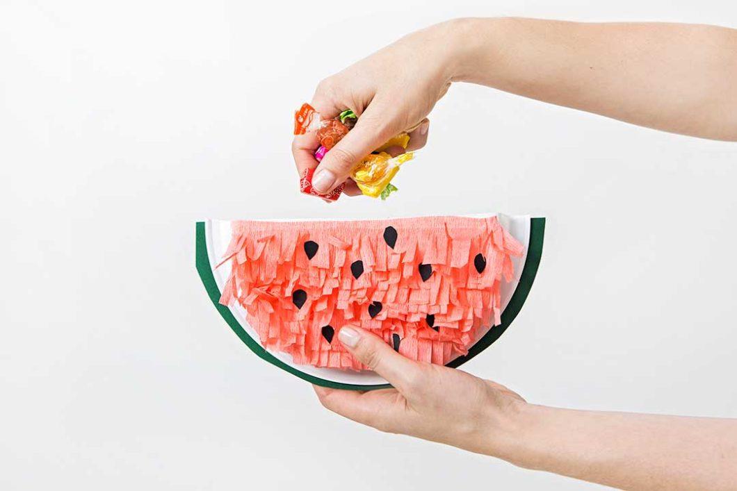 Przygotuj mini piniaty w kształcie arbuzów