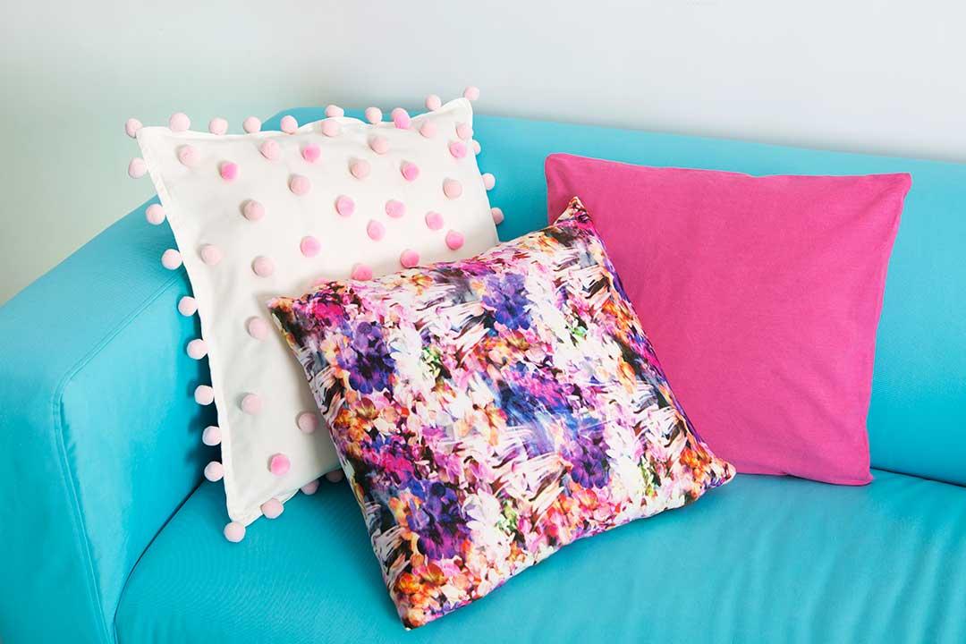 Obszyj poduszkę pomponami