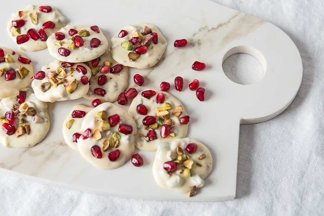 Przygotuj pralinki zbiałej czekolady, pistacji igranatów