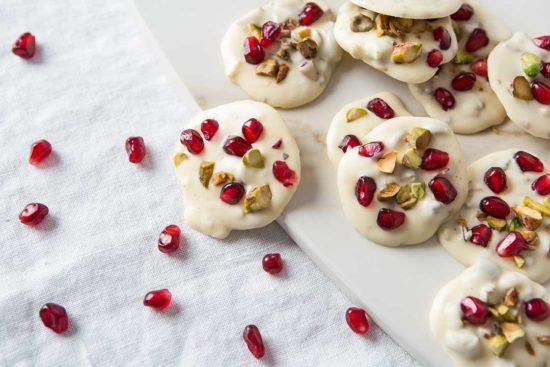 Przygotuj pralinki z białej czekolady, pistacji i granatów