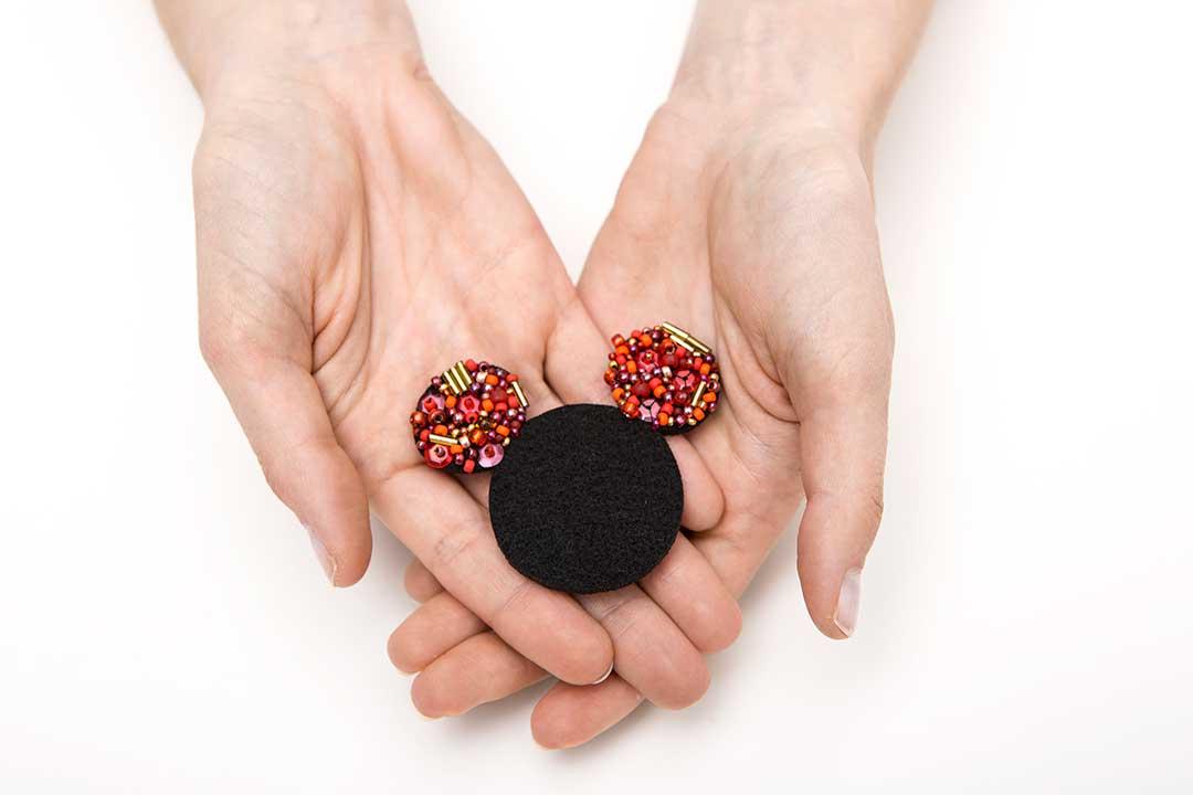 Spersonalizuj filcową broszkę wkształcie Minnie