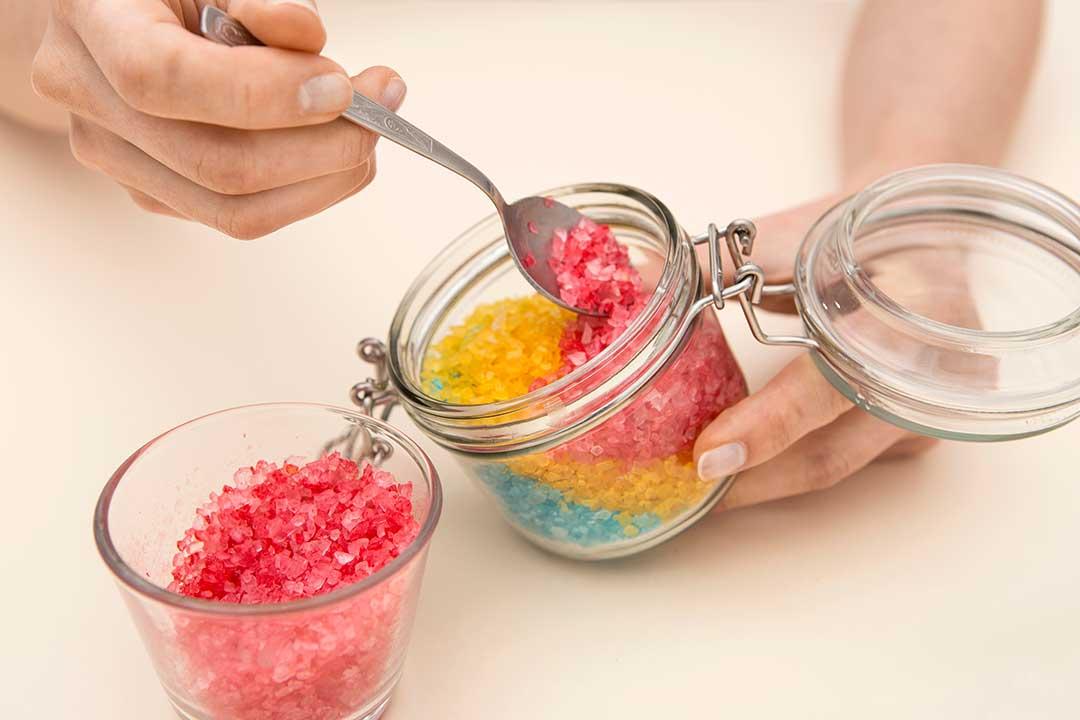 Żyj pięknie - Przygotuj tęczową sól dokąpieli