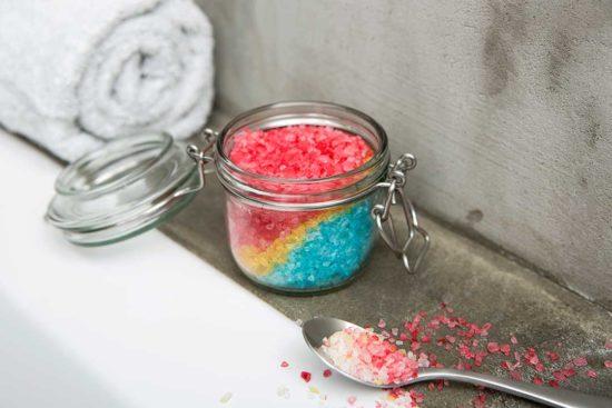 Żyj pięknie - Przygotuj tęczową sól do kąpieli