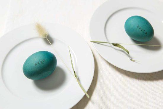 Zrób wielkanocne winietki na stół z jajek ufarbowanych czerwoną kapustą