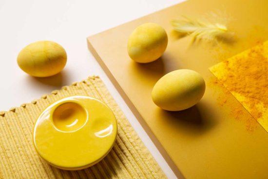 Żyj pięknie - Nadaj żółty kolor jajkom kurkumą