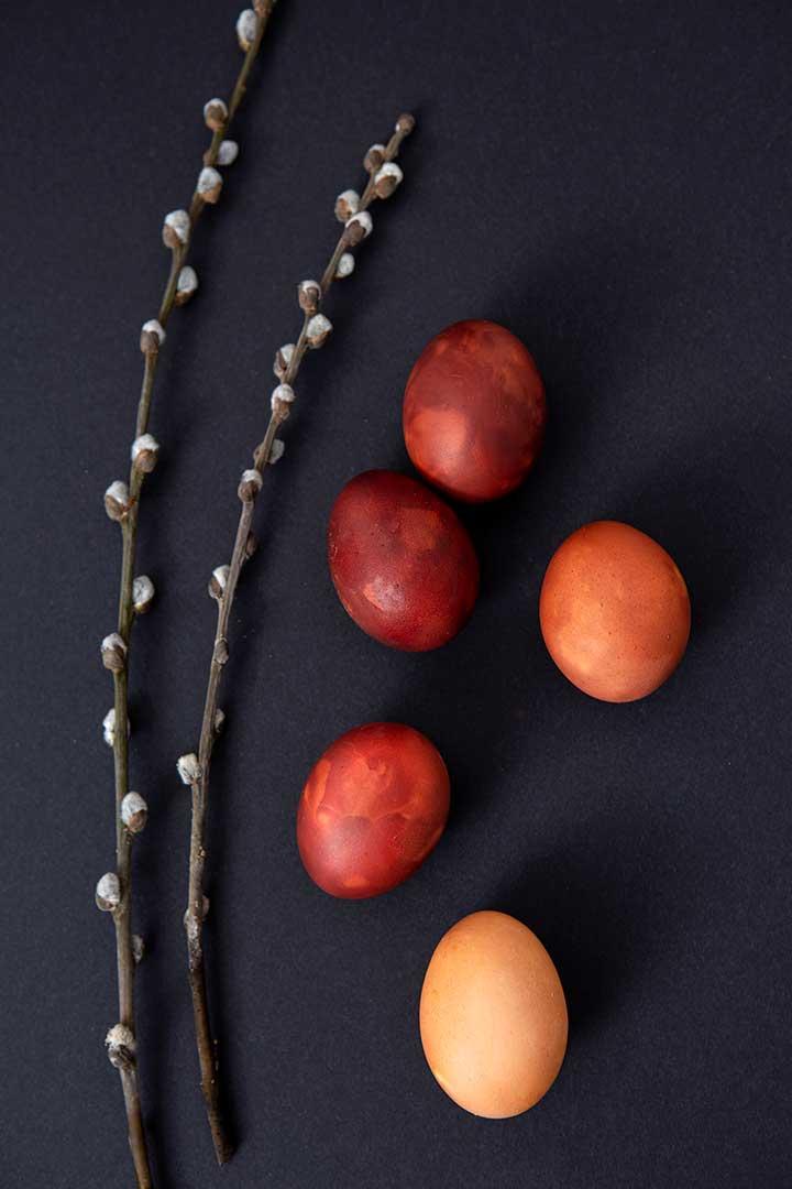Żyj pięknie - Ufarbuj jajka włupinach cebuli