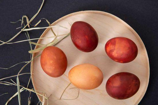 Żyj pięknie - Ufarbuj jajka w łupinach cebuli