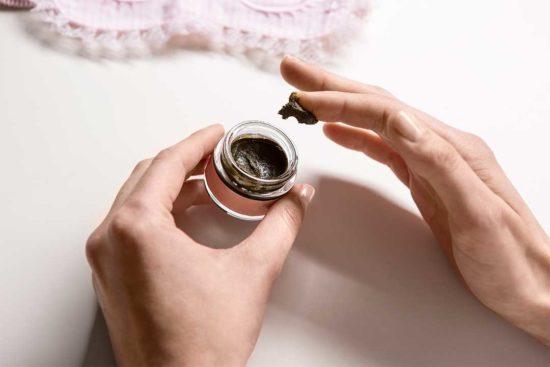Żyj pięknie - Zrób maseczkę z matcha, oleju kokosowego i cukru trzcinowego