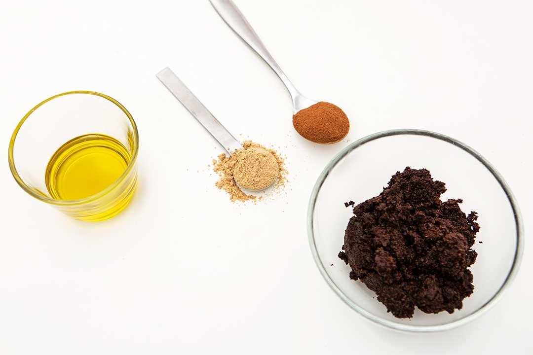 Żyj pięknie - Zrób odżywczy peeling dociała zfusów pokawie, oliwy, imbiru icynamonu
