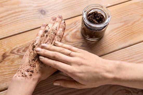 Żyj pięknie - Zrób odżywczy peeling do ciała z fusów po kawie, oliwy, imbiru i cynamonu
