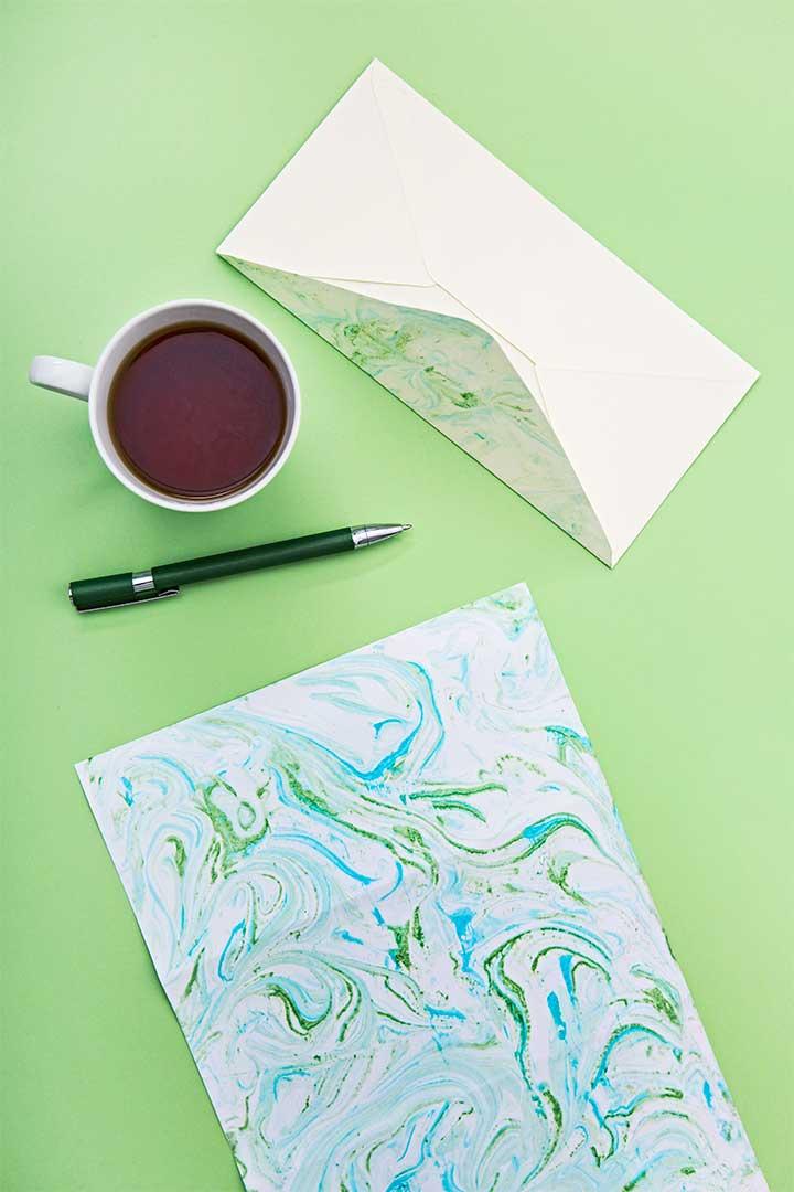 Żyj pięknie - Zrób na papierze wzór marmurkowy z pianki do golenia