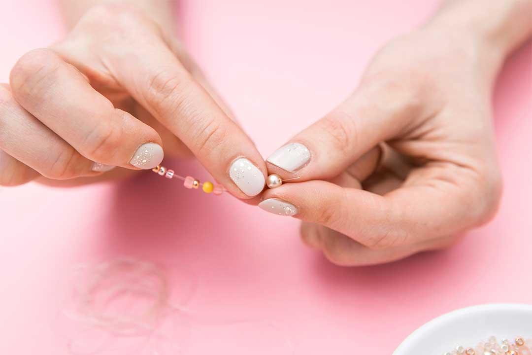 Żyj pięknie - Zrób delikatny pierścionek zkoralików