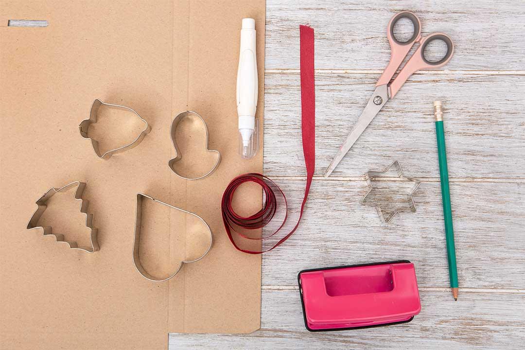 Żyj pięknie - Zrób etykiety naprezenty wkształcie pierników ztektury falistej popudełkach zprzesyłek