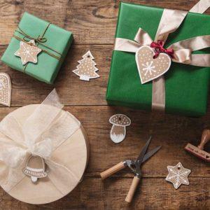 Żyj pięknie - Zrób etykiety na prezenty w kształcie pierników z tektury falistej po pudełkach z przesyłek