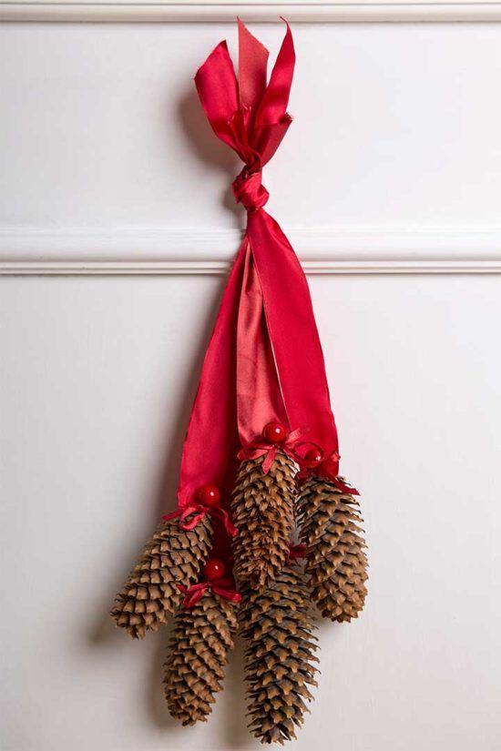 Żyj pięknie - Zrób świąteczną dekorację na drzwi z szyszek i wstążek