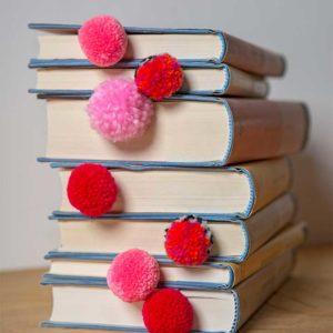 Żyj pięknie - Zrób zakładkę do książki z pomponikami